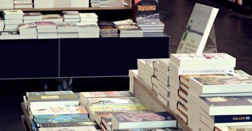 https://www.literaturportal-bayern.de/images/lpbblogs/autorblog/2021/klein/Buchladen_500.jpg