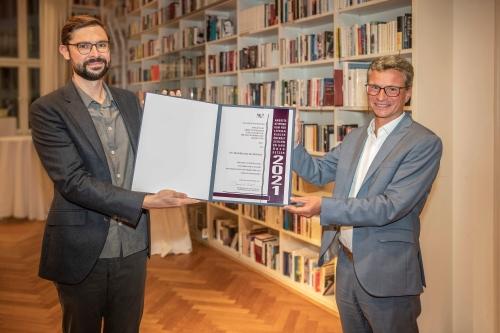https://www.literaturportal-bayern.de/images/lpbblogs/instblog/2021/klein/StM_Sibler_berreicht_Arbeitsstipendium_an_Dr_Maximilian_Murmann500.jpg