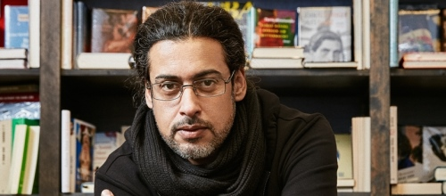 https://www.literaturportal-bayern.de/images/lpbblogs/redaktion/2017/klein/Abbas_Khider_Presse_500.jpg