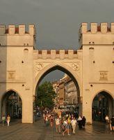 https://www.literaturportal-bayern.de/images/lpbplaces/2015/klein/street_Karlstor_night_164.jpg