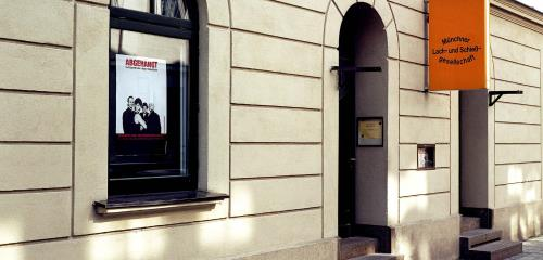 https://www.literaturportal-bayern.de/images/lpbthemes/2015/klein/kaba_CLach-undSchieGesellschaft1_500.jpg