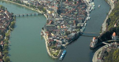 https://www.literaturportal-bayern.de/images/lpbthemes/2016/klein/Dreiflsseeck-Passau-Aerial_P1140080E_500.jpg